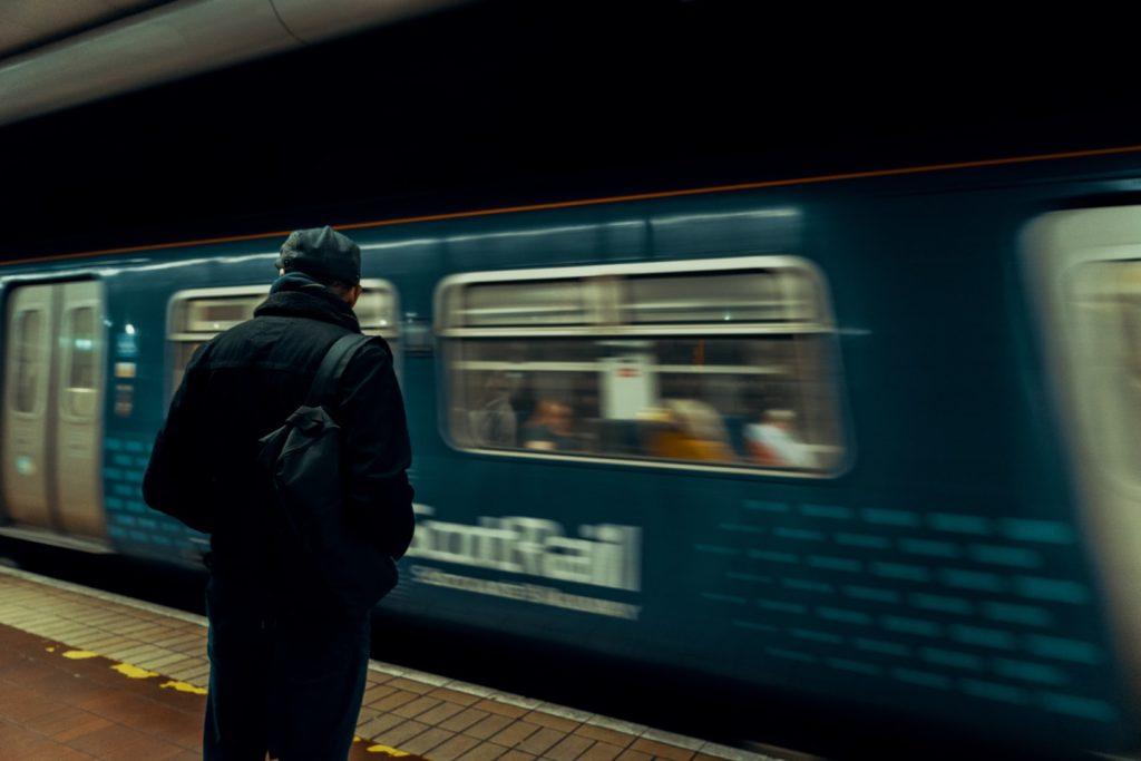 電車待ちの男
