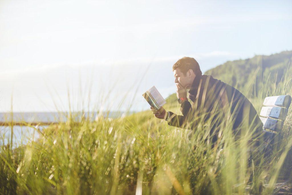 外で本を読んでいる人