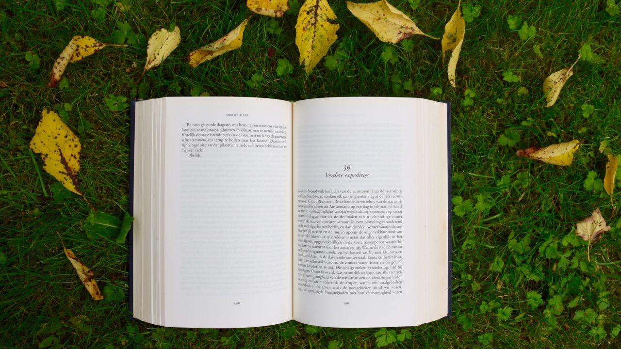 芝生の上に本がある