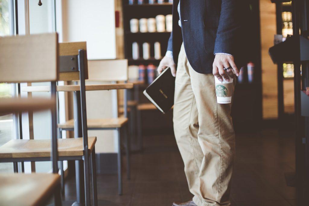 スタバでコーヒーをテイクアウトする男性