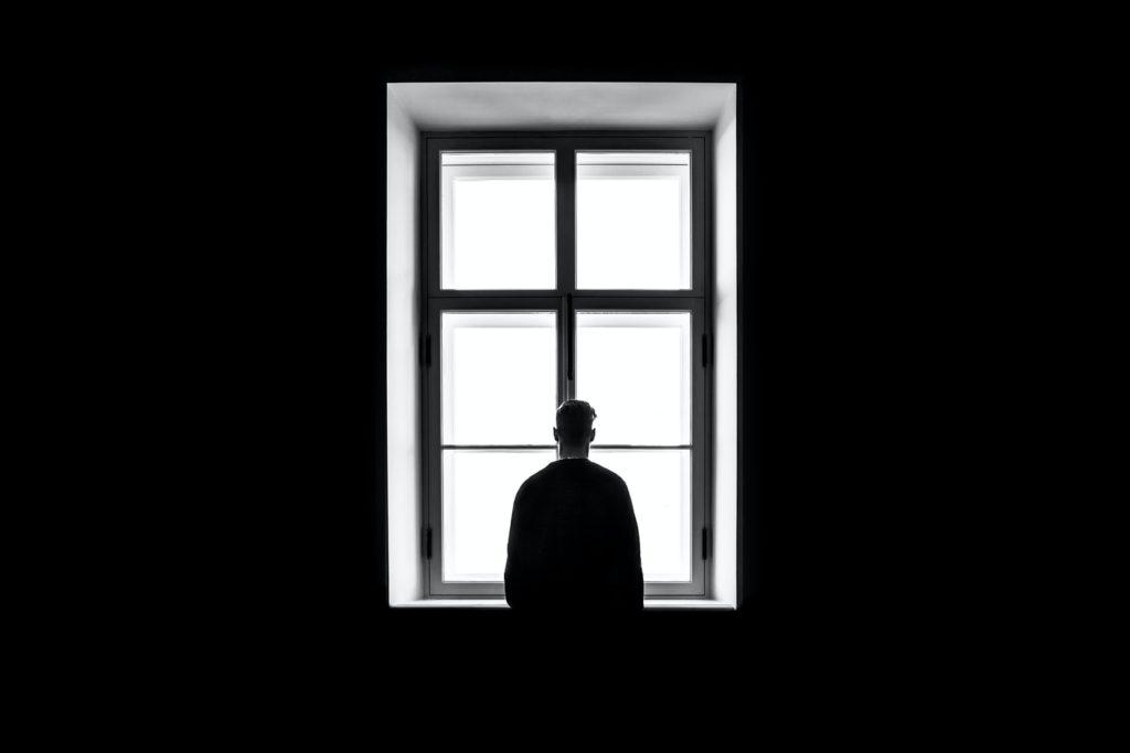 窓を見る人