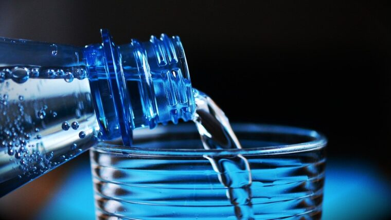 炭酸水をつぐ